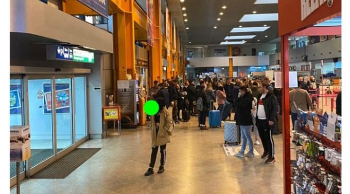 """Bogdan: """"Aeroportul din Cluj-Napoca, ora 16:00. Oameni buni, înțelegeți vă rog ca nu este vorba doar despre voi, nu mai putem reacționa și gândi individual.  E momentul să avem grijă unii de alții, să respectăm ..."""" 1"""