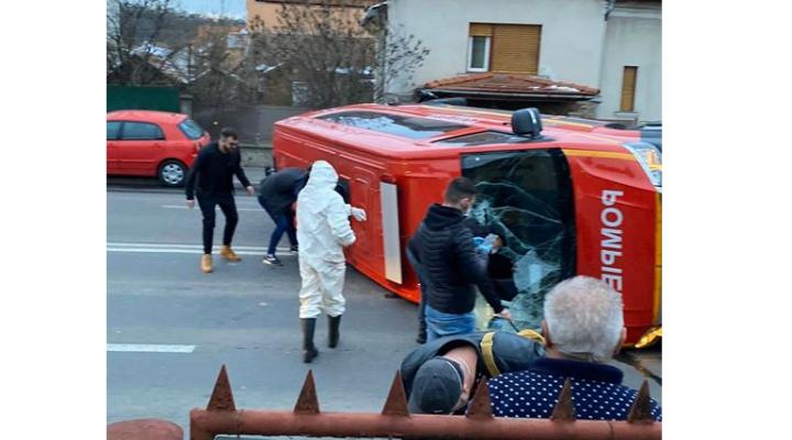 (Foto) Accident Cluj. Microbuz SMURD care transporta români din Germania spre carantină, lovit și răsturnat lângă Podul Garibaldi 1