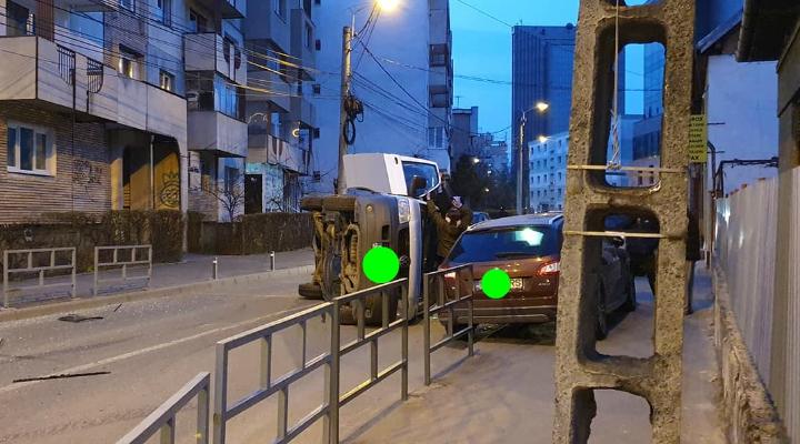 (Foto) Accident Cluj. Mașină răsturnată în intersecție, după ce s-a lovit de un taxi 1