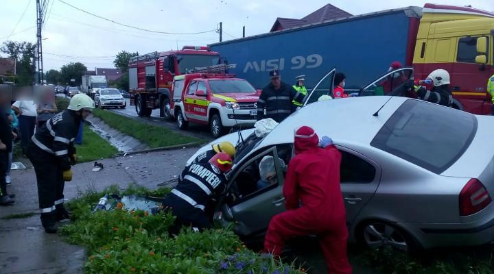Accident Cluj. Două persoane au rămas încarcerate în urma unui accident în localitatea Urișor. 1