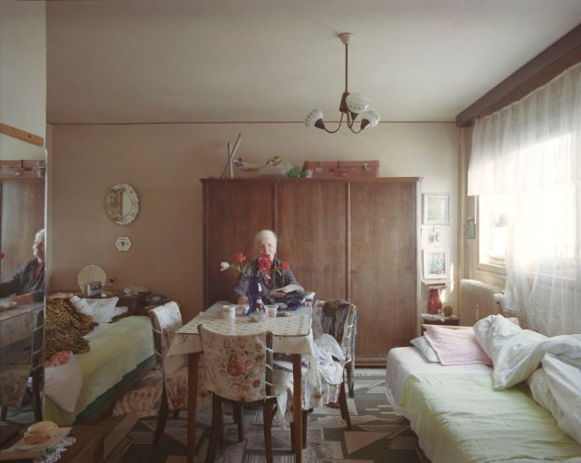 10-identical-apartments-10-different-lives-documented-by-romanian-artist-3__880
