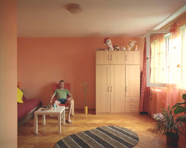 10-identical-apartments-10-different-lives-documented-by-romanian-artist-7__880