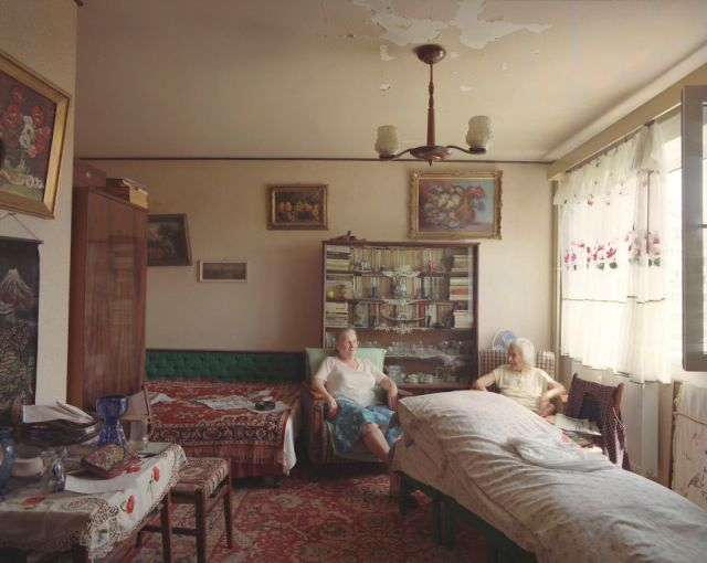 10-identical-apartments-10-different-lives-documented-by-romanian-artist-9__880
