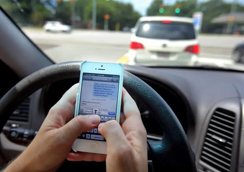 STUDIU: 7 din 10 şoferi folosesc smartphone-ul în timp ce conduc
