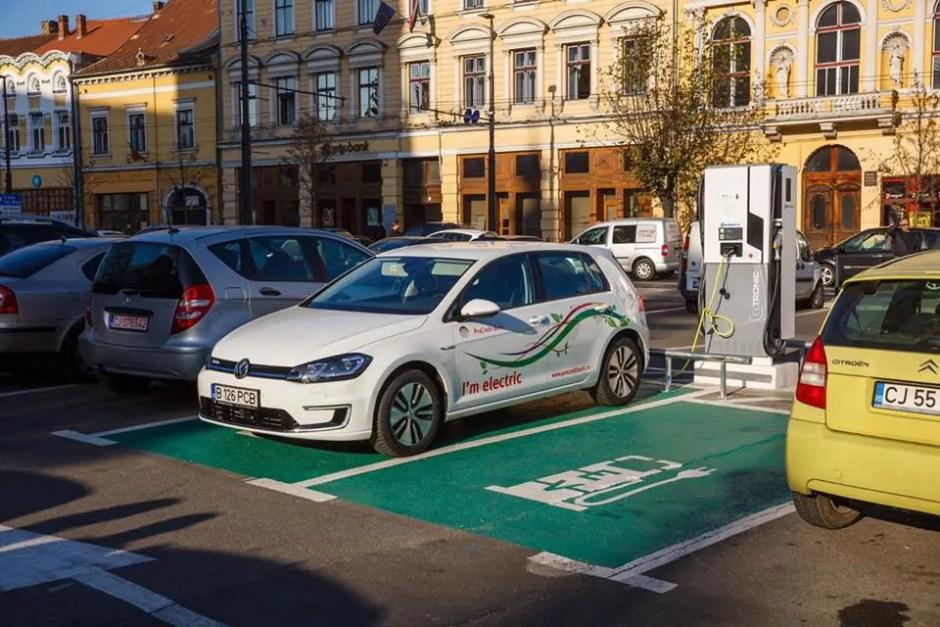 Staţii de încărcare pentru maşinile electrice din Cluj-Napoca | Şoferii îşi pot încărca maşinile gratuit