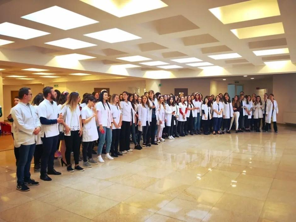 Inedit: serenadele studenţilor UMF Cluj! Viitorii medici şi farmacişti îşi iau rămas bun de la facultate