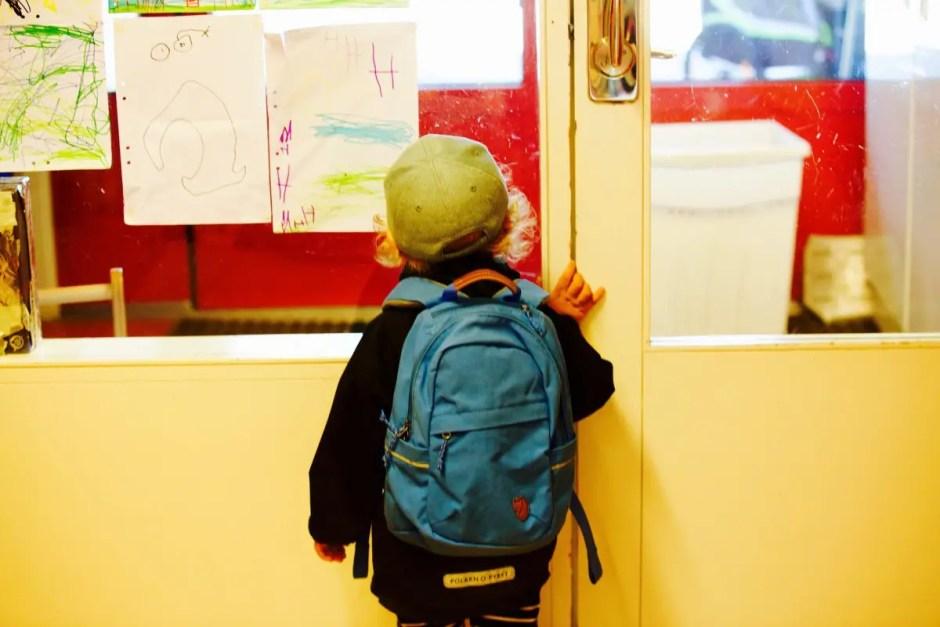 Sute de copii din familii nevoiaşe din Cluj-Napoca vor primi cadou ghiozdane și rechizite școlare
