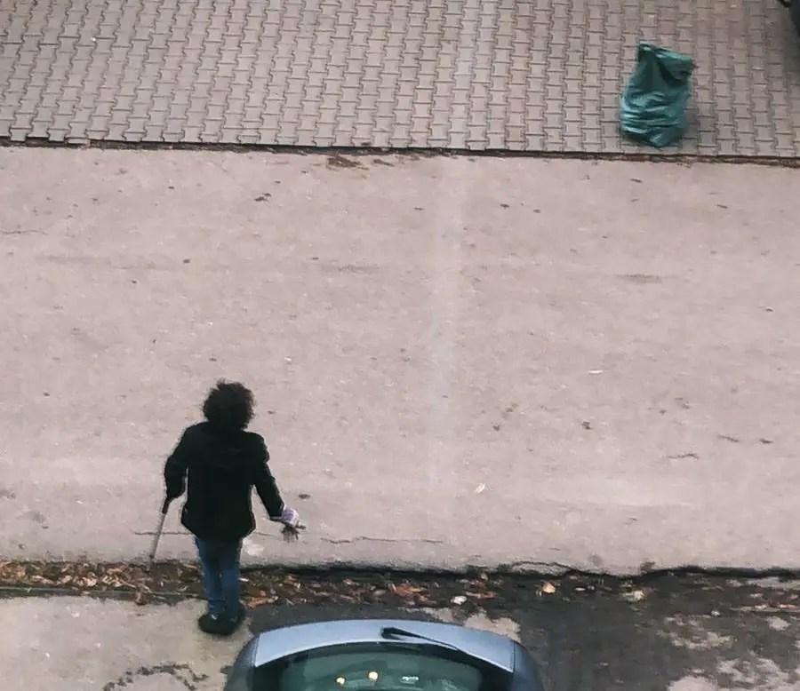 Gest lăudabil: o persoană cu handicap strânge zilnic gunoaiele aruncate pe străzile din Cluj-Napoca