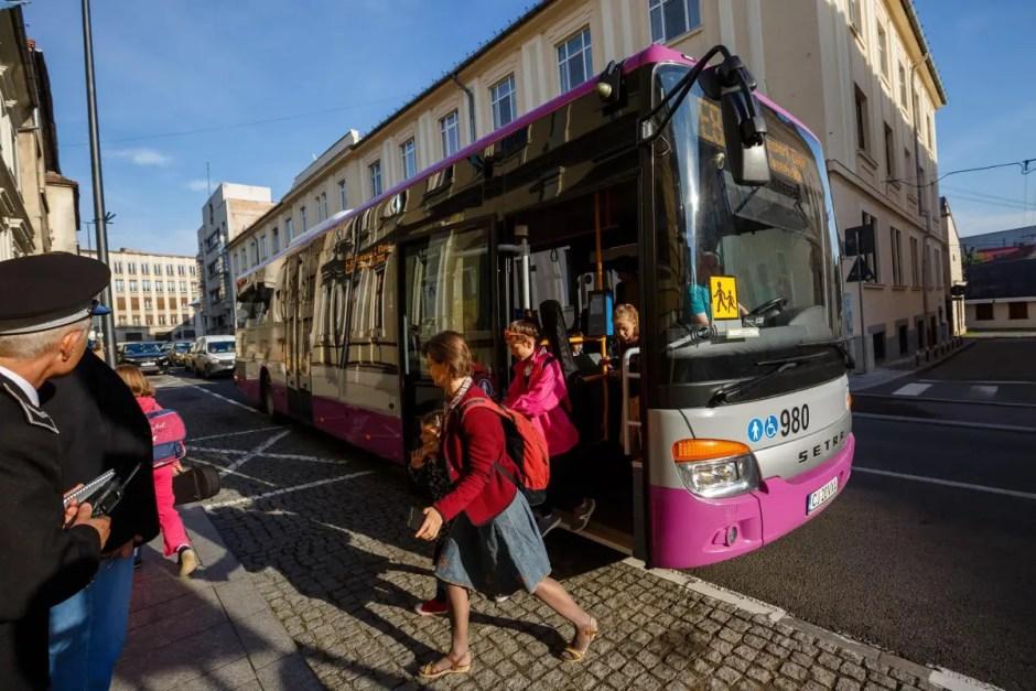 Primăria Cluj-Napoca va cumpăra 10 microbuze noi pentru a extinde transportul dedicat pentru elevi