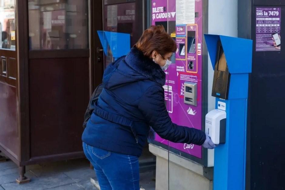Dispensere cu dezinfectant în stații de transport public Cluj