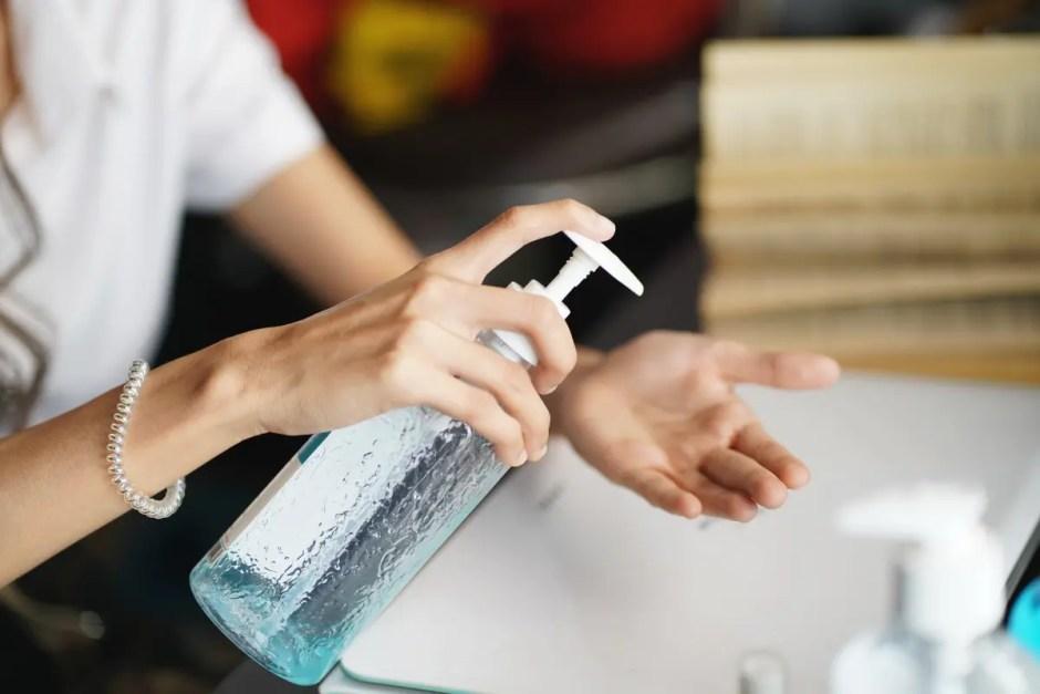 Tu ştii să foloseşti corect dezinfectantul pentru mâini