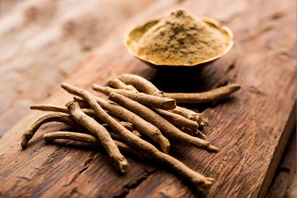 Ashwagandha roots and powder