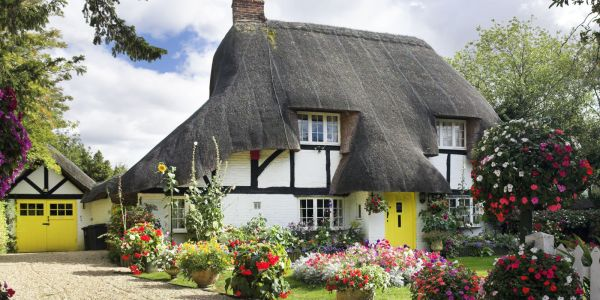 11 Photos of English Country Cottages That Make Us Want ...