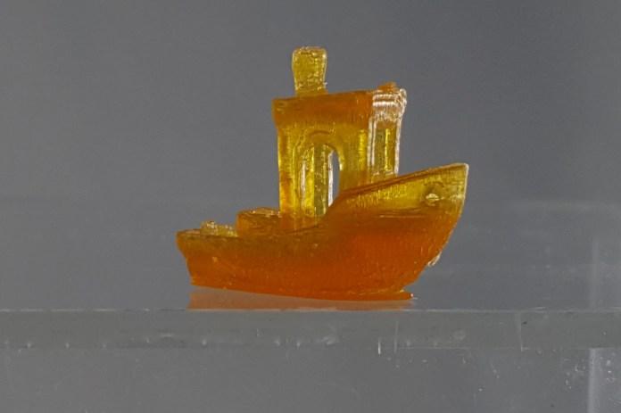 Una barca giocattolo stampata in 3D realizzata in resina
