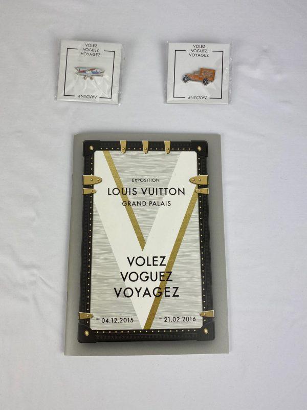 """Lot Exposition LOUIS VUITTON """"VVV"""" avec ses Pins devant"""