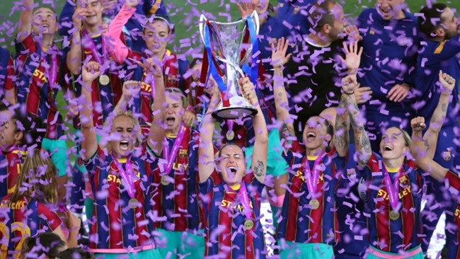 Barcelona's Vicky Losada lifts the Women's Champions League trophy