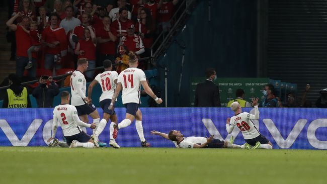 England players engulf Harry Kane after he put England 2-1 up in extra-time