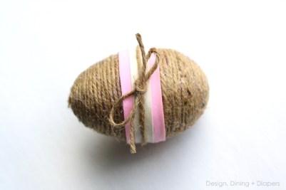 Uova rivestita con spago color tea