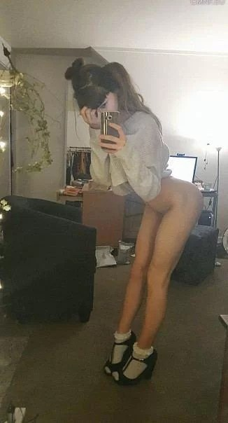 Bottomless chick selfie with no pants