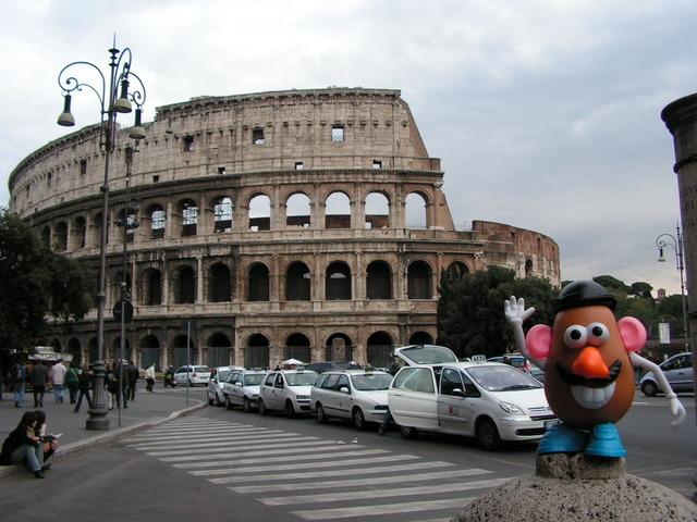 Mister Potato frente al Coliseo de Roma
