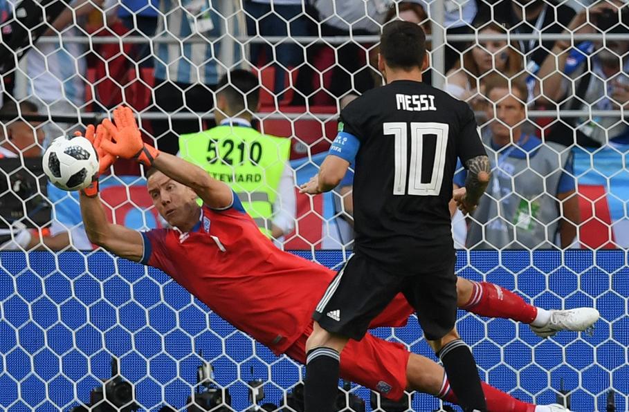 世界级导演转行做门将 两年内连续封杀C罗梅西