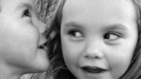 Was ist eine Zwillingssprache? Ein Einblick in die Kryptophasie
