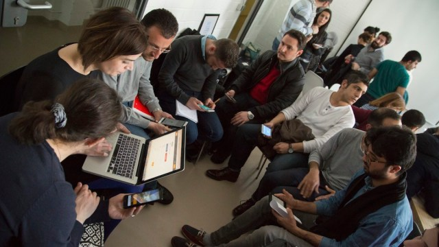 Refugees learn German for daily life with SINGA Language Café and Babbel