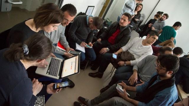Des réfugiés apprennent l'allemand courant,  avec le café des langues SINGA et Babbel