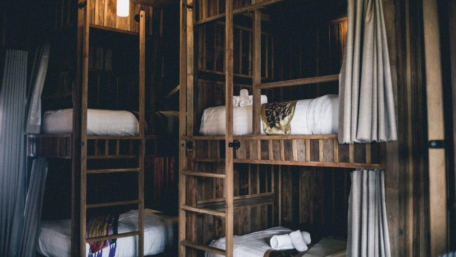 Wooden bunkbeds in a hostel | Babbel