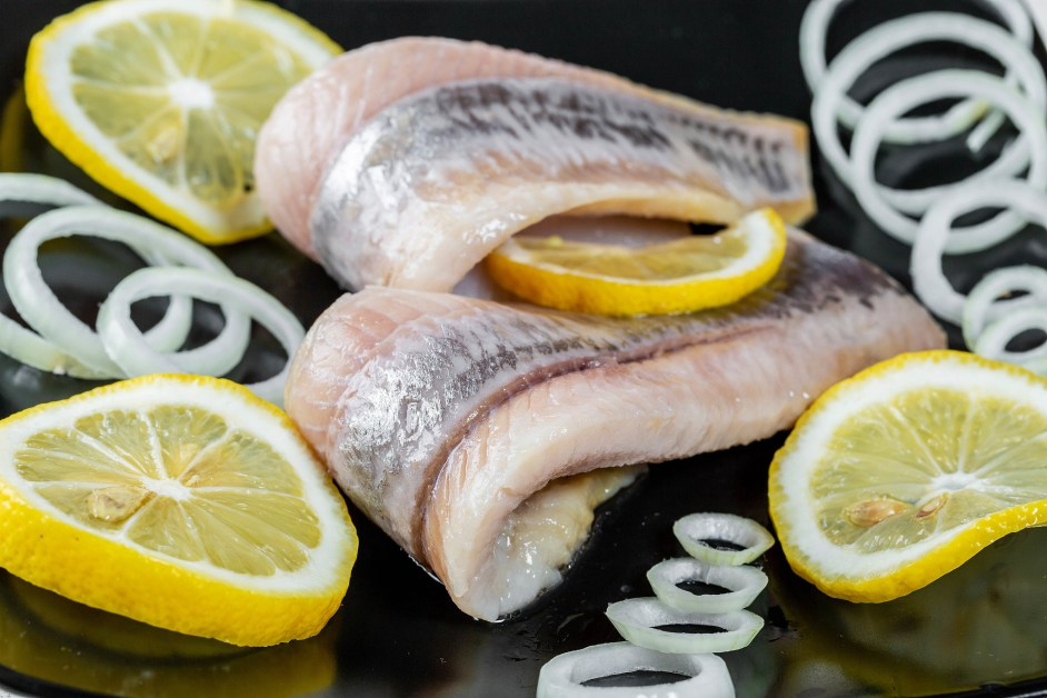 Fillet of pickled fish with lemon and onion