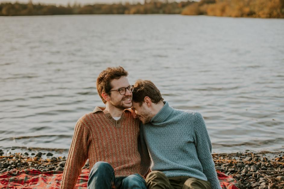 zwei männer kuscheln am see: überlebenswichtige Wörter auf Österreichisch