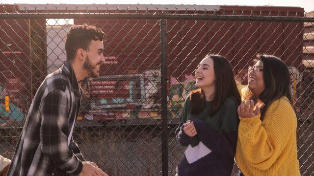 Las diferencias entre el sentido del humor en español y en inglés, según un comediante bilingüe