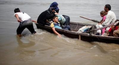 Flooding forces Mosul residents to flee war in rickety boats
