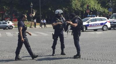 Paris Police attacked in Champs-Elysees tourist district