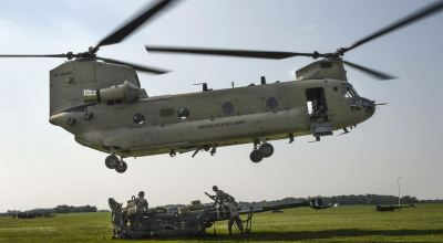 Picture of the Day: Soldiers Sling-load M777 Howitzer using a CH-47 Chinook