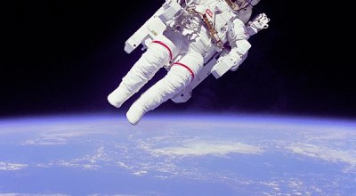 First astronaut to make an untethered space walk, Bruce McCandless, dies at age 80