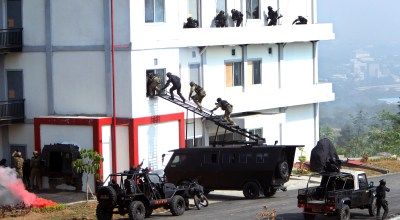 Special forces soldiers storm a building during a multinational counter terrorism exercise in Sentul, West Java, Indonesia, Friday, Sept. 13, 2013. Hundreds of elite soldiers from the 10 members of the Association of Southeast Asian Nations (ASEAN), along with the United States, Russia, China, Australia, India, Japan, New Zealand and South Korea took part in the five-day drill. (AP Photo/Tatan Syuflana)