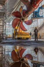 181016-N-FD244-0006 PUGET SOUND NAVAL SHIPYARD (Oct.16, 2018) Nimitz propeller installation. (U.S. Navy photo by Brian Kilpatrick/Released)