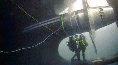 US Coast Guard scuba divers work to repair a leak in the shaft seal of the Coast Guard icebreaker Polar Star, January 2019. US Coast Guard.