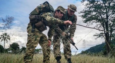 Lance Cpl. Jed Maskill (left) from the the 1st Battalion, Royal New Zealand Infantry Regiment, demonstrates a tracking tactic to a British Army soldier in Malawi.