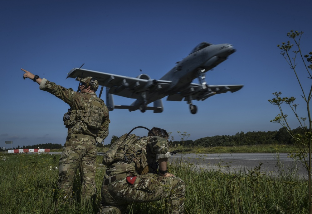 Air Force Combat Controllers guide an A-10 Thunderbolt
