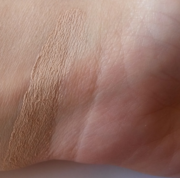 ClioMakeUp-recensione-essence-soft-touch-mousse-concealer-20-soft-sand-swatch