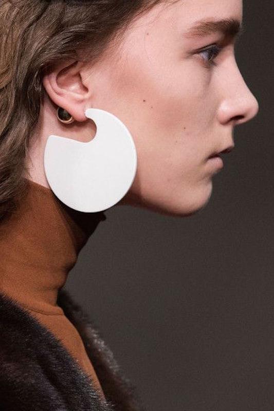 ClioMakeUp-orecchini-grandi-pendenti-giganti-retro-vintage-anni-60-moda-sfilate-1