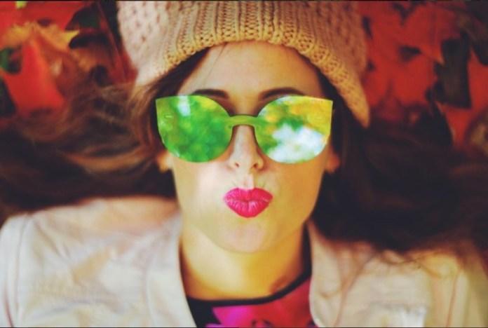 ClioMakeUp-occhiali-da-sole-colorati-rosa-azzurri-rossi-gialli-arancioni-vintage-3