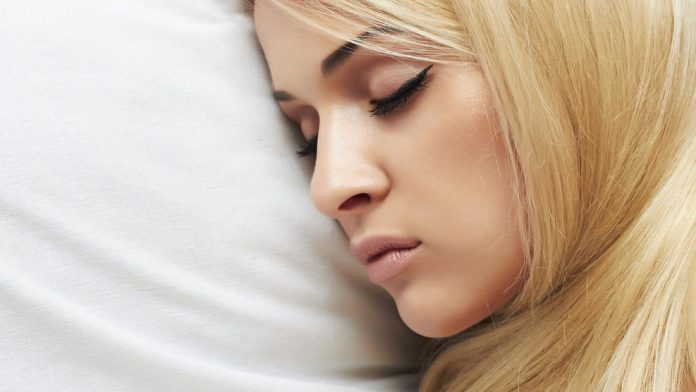 cliomakeup-skincare-pelle-acneica-7-makeup-letto