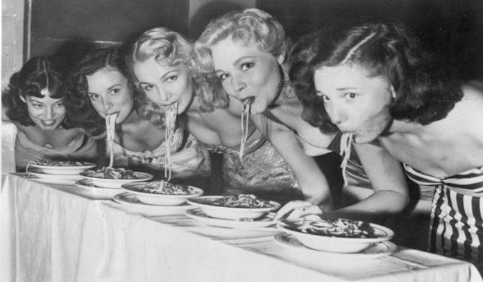 cliomakeup-evitare-sbronza-capodanno-ragazze-vintage-mangiare-pasta