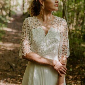 Robe de marié en dentelle et plissé Adeline Bauwin, fabriquée en France en Auvergne-Rhône-Alpes