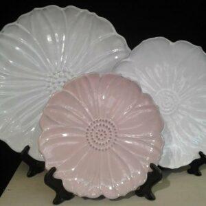 Vaisselle poterie fleur blanche et rose Bleu d'Argile, fabriquée en France en Provence à Vallauris