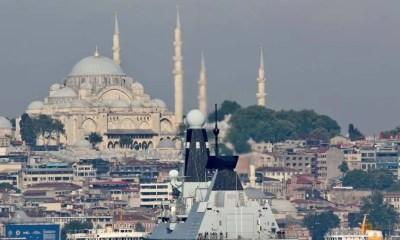 Pasukan Rusia dilaporkan melepaskan tembakan peringatan ke kapal perusak Inggris di Laut Hitam