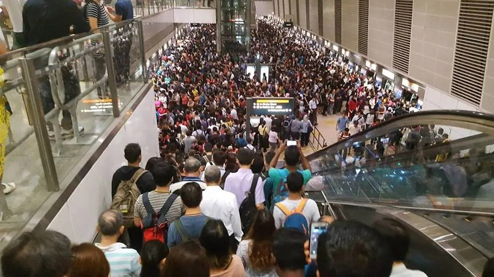 Circle Line Delay Huge Crowds Seen At Bishan Mrt Station Cna
